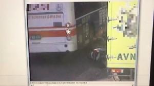 驚悚!機車雙載險遭公車爆頭 後座人夫腳被輾斷…