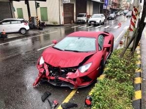 2000萬藍寶堅尼自撞安全島車頭全毀 駕駛:「恍神」