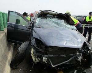 春節收假國道驚傳3車追撞 翻滾撞成廢鐵2傷