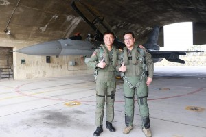 同乘F16完成9G飛行 醫官江國超:全身被壓得好重 有時眼前一黑...