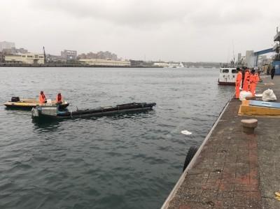 驚險!吊車吊掛膠筏墜海 工人險被砸中跳海逃生
