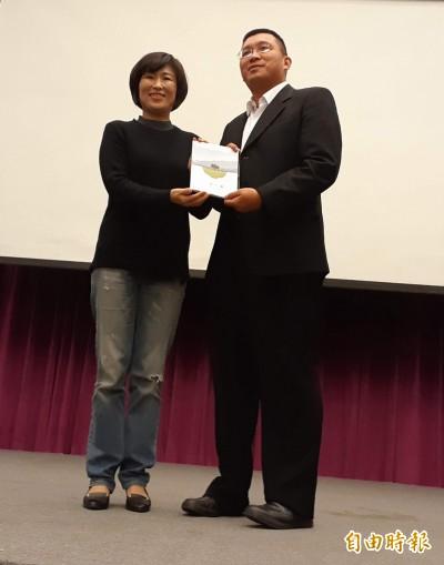 與國發會主委會面 台東縣長饒慶鈴穿著破牛仔褲