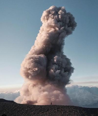 攝影師赴印尼拍火山爆發噴 成果卻像「老二」笑翻網友