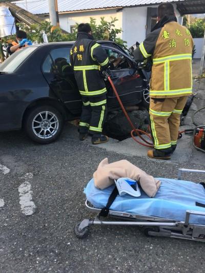台東自小客車自撞電桿 3傷1無生命跡象