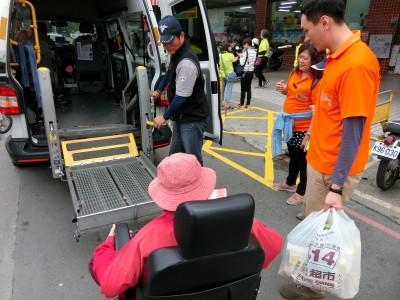 輪椅固定帶司機少繫2條 婦人搭復康巴士重摔2次死亡