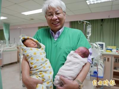 雙胞胎弟弟趕出生 不安份亂動竟臉朝前還吸醫師手指