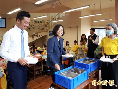 訪新竹接地氣!蔡英文與童共餐 排隊買手搖飲與人氣麵包