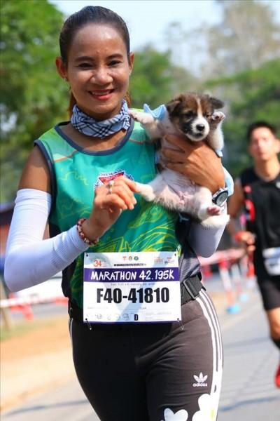 超暖!馬拉松女選手比賽中途救幼犬 抱著跑30公里完賽