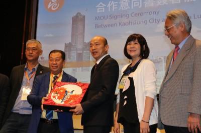 韓國瑜訪馬來西亞簽約  他曝對象竟是統戰單位成員!