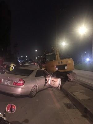 新北小客車自撞路邊挖土機 駕駛命危送醫