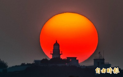 高雄夕陽落在旗津燈塔正後方 美得讓人雀躍