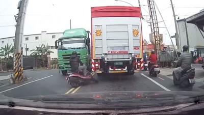找死!機車騎士逆向超車 下秒突遇貨櫃車GG了