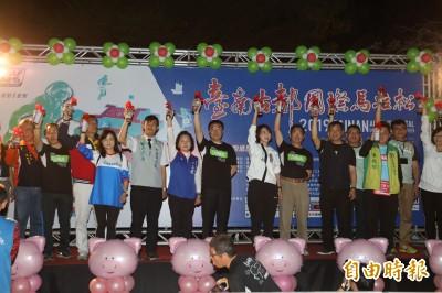 台南古都馬1萬6千人開跑  廚師、恐龍也來了