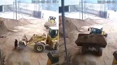 夭壽!推土機司機視線死角 鏟起女工丟入砂土粉碎機...