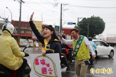 北市美女議員高嘉瑜為郭國文助選 粉絲冒雨朝聖合照