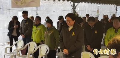 基隆228追思會 受難者家屬港邊丟花表哀悼