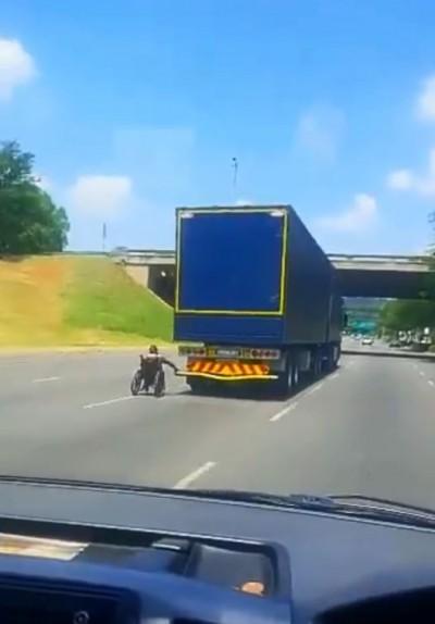 太狂!南非高速公路驚見輪椅族借力飆車