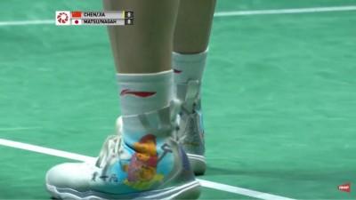 中國球員腳踩「維尼」鞋? 網:明天可以退出國家隊了