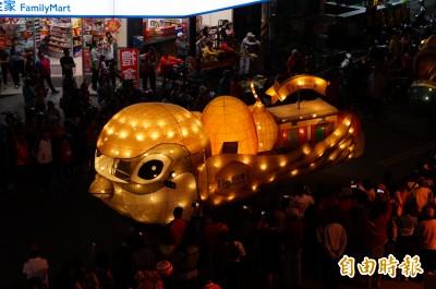 台灣燈會「雄鷹展翅」綑綁運送 萌撞臉「小鳥食米」?