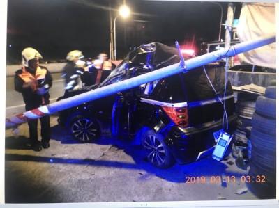 就是不怕死!酒駕自撞燈桿 彈到副駕駛座受傷
