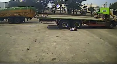 恐怖!工人走路沒看路 被拖板車倒退輾壓下半身