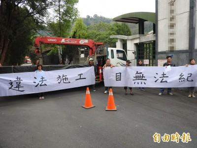 埔里鎮立殯儀館動工 民眾吊臂車擋路、舉白布條抗議阻動工