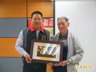93歲志工奉獻20年 獲頒「榮譽志工」證書