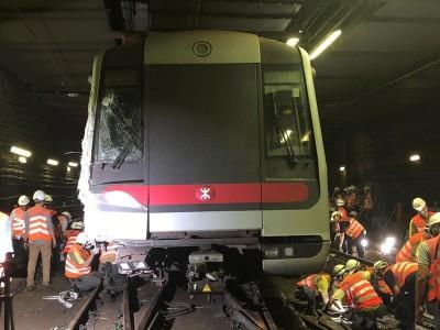 港鐵列車相撞出軌 用人手扶正40噸車頭