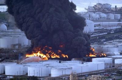 休士頓化工廠大火延燒多日 滾滾黑煙直衝天際