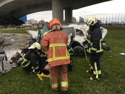 影片曝光!酒駕自撞高架護欄 休旅車墜20公尺駕駛亡