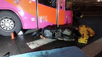 命大!機車騎士失控摔進遊覽車底盤 受困搶救幸無生命危險