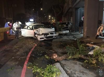 酒後油門當煞車? BMW撞樹人噴出僅剩兩片車門完整