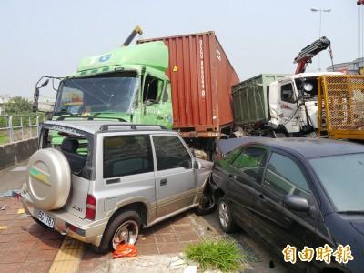 中市貨櫃車對撞再撞路邊3輛車  2駕駛受傷送醫