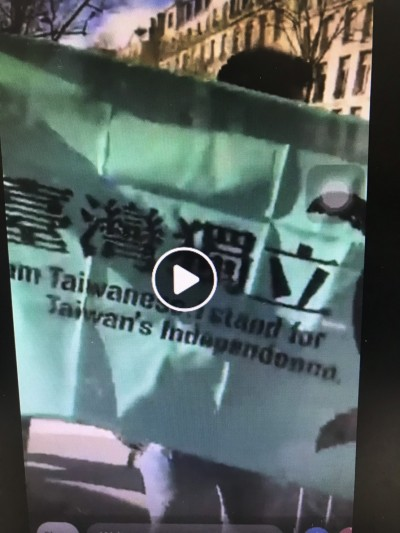 獨家》展現自由民主決心 台生巴黎朝習近平車隊舉台獨旗