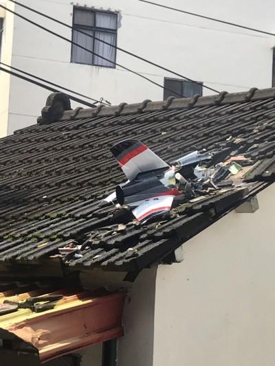 苗栗驚傳「墜機」 遙控飛機把平房屋頂撞出大洞