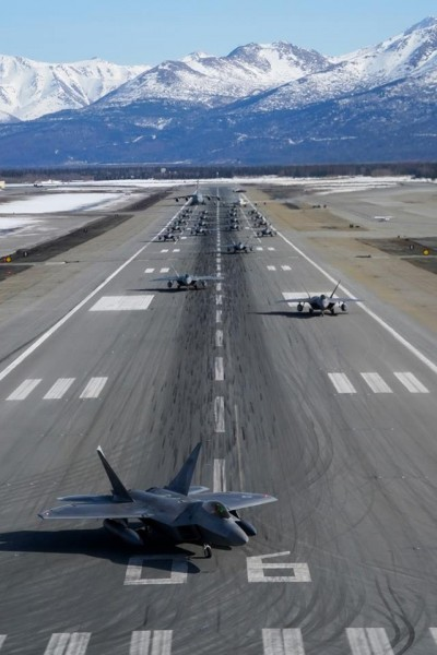 美空軍北境軍演 24架F-22戰機「大象漫步」秀實力