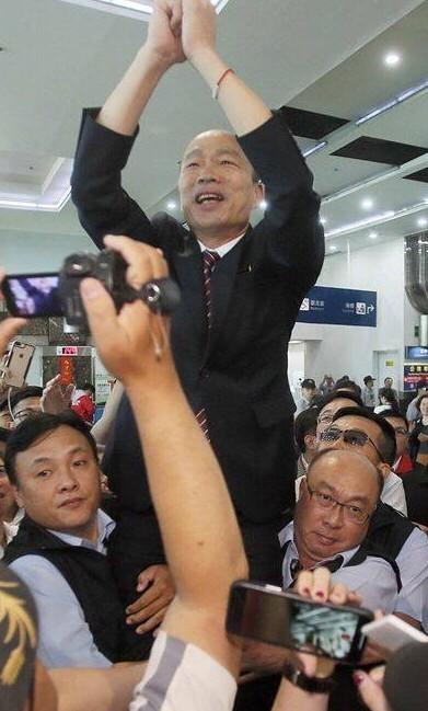 隨扈抱大腿像皇帝「我要求的!」 韓國瑜嗆王浩宇:去監督金正恩