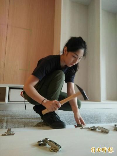 桃園裝潢業23歲「帥妹木匠」 繪圖、切割板材都拿手