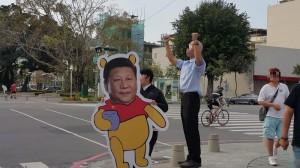 習下韓上?扮韓國瑜、拿習維尼立牌 男子熱烈招呼中國遊客