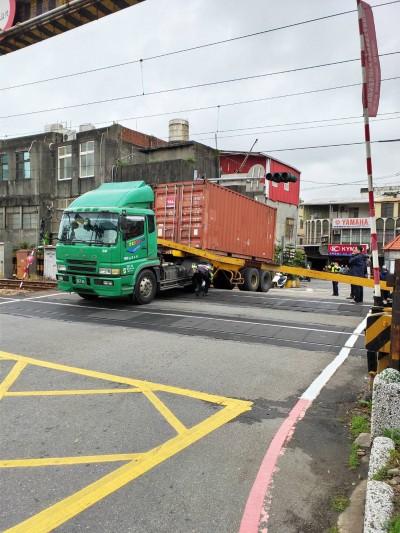 卡車強闖平交道造成台鐵雙向不通 最高可罰9萬