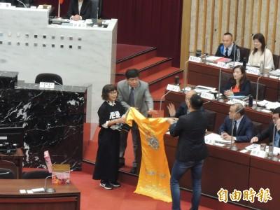 韓國瑜在議會被送黃袍 隨扈抱腿抬舉話題再發燒