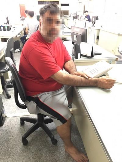 老外纏女店員「求幫助」還砸車 警掏辣椒水噴他滿臉