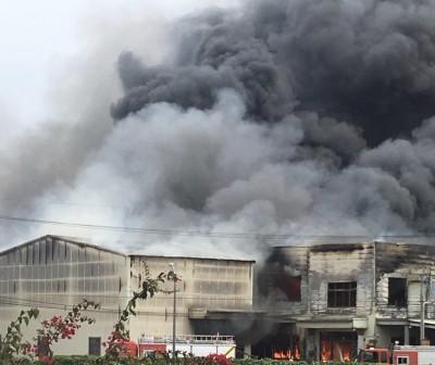 中市驚傳工廠大火 濃煙竄天蔽日好嚇人