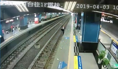 視障旅客走向月台親人沒發現 踩空摔落鐵軌畫面曝光!