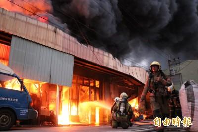 南投百坪木器工廠起火燒毀 幸無人傷亡