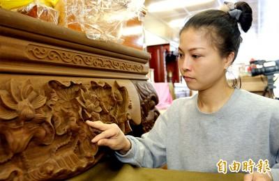 大溪百年首位女木匠師 唯獨這幾天不碰神桌製作