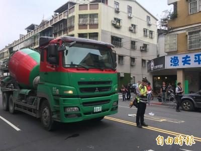老婦持助行器過馬路 遭混凝土車輾壓「卡車底」 命危