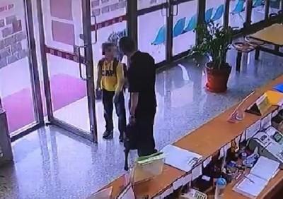 怪男無故突踹狗 10歲男童護犬遭毆逼下跪