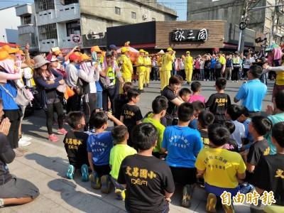 文昌國小學童高喊「媽祖我愛你」 白沙屯媽祖短暫停轎