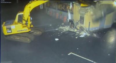 誇張! 英國搶匪開挖土機 將加油站ATM整台鏟起